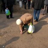 Бабця збирає копійки після
