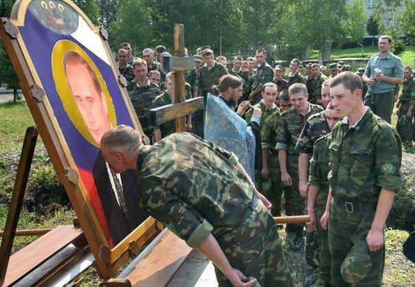 Солдати цілують ікону Путіна