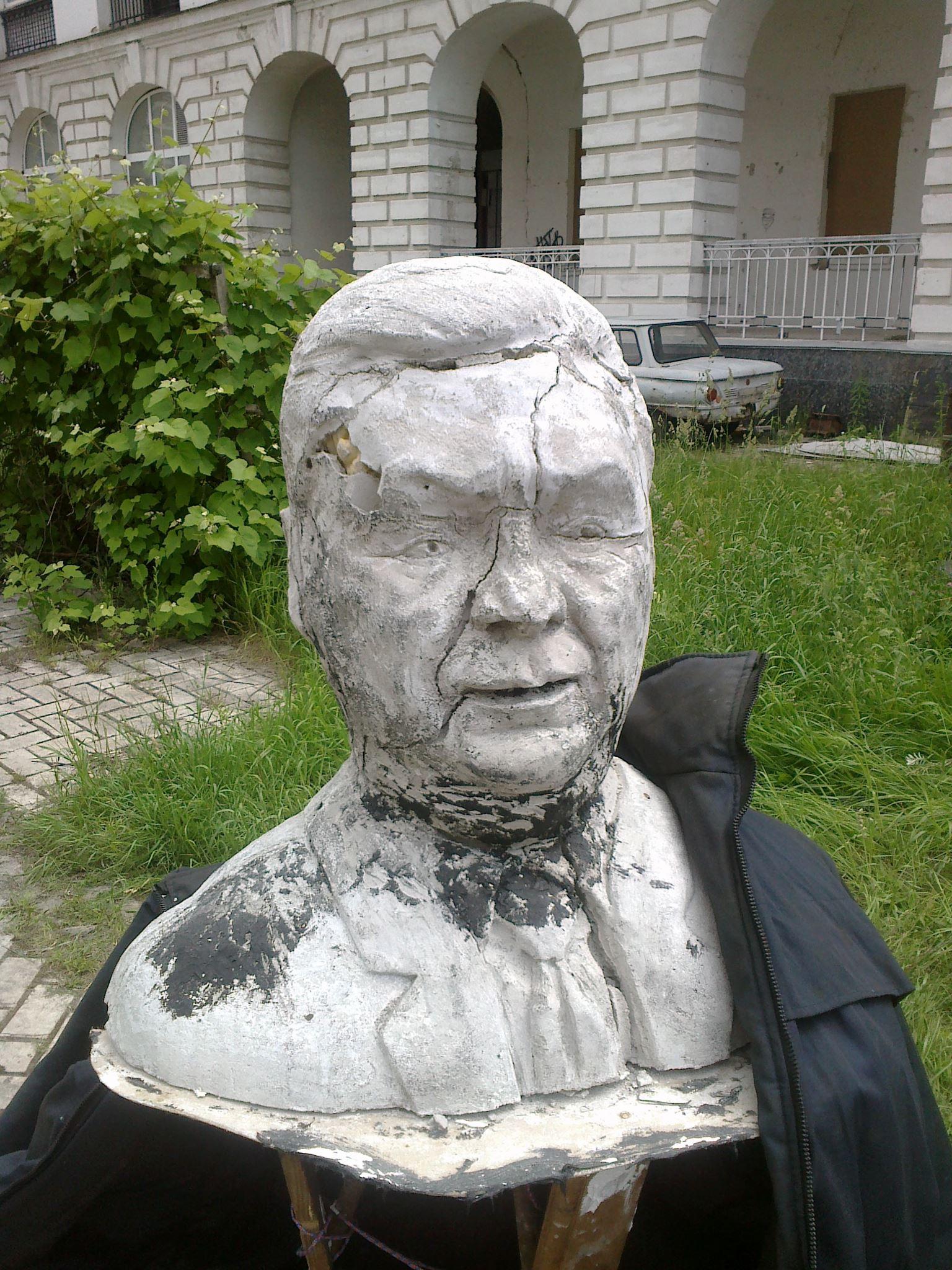 Пам'ятник Януковичу в Гостинному дворі