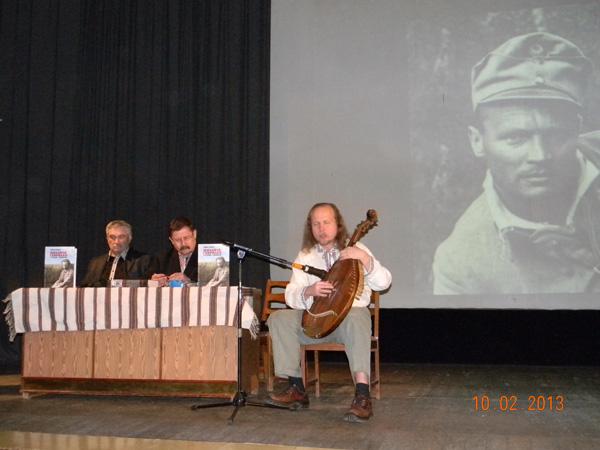 Зліва направо Василь Шкляр, Роман Коваль, Тарас Силенко. На екрані - Михайло Гаврилко.
