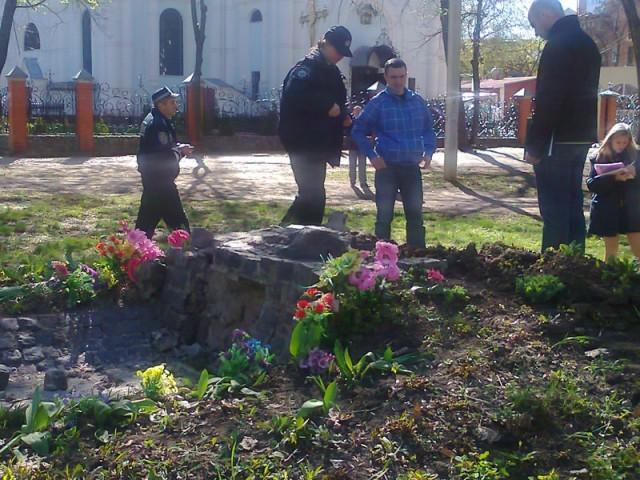 В Харькове неизвестные спилили памятник воинам УПА!