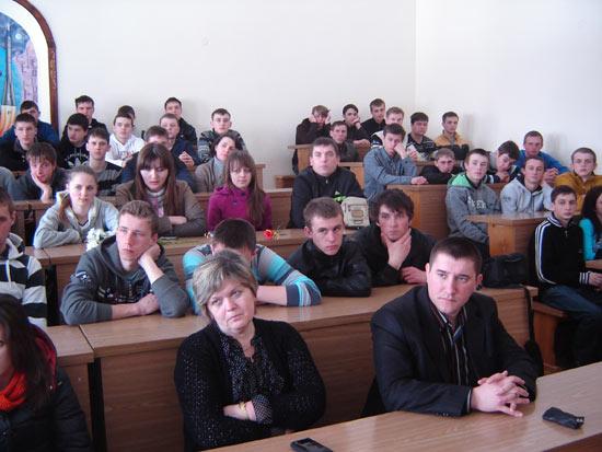 Викладачі та студенти Кременецького лісотехнічного коледжу слухають пісню кобзаря Тараса Силенка. 1 квітня 2013 р.