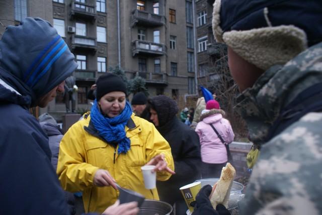 Оксана Хмільовська наливає чай на Інститутській