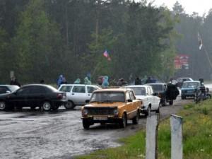Краснолимацы-дежурили-под-дождем-чтобы-блокировать-живой-цепью-бронетехнику
