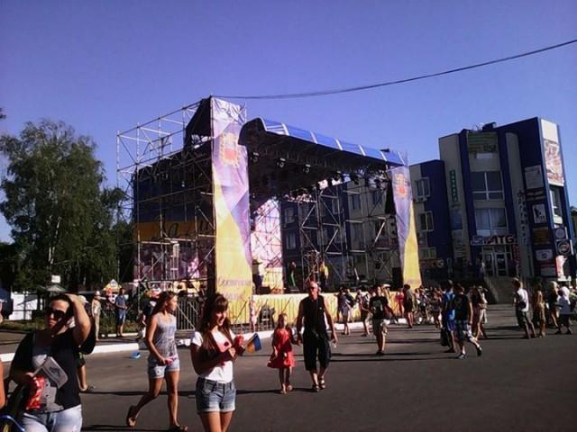 Сцена на центральні площі Змієва.  Фото: Ганна Чуркіна.