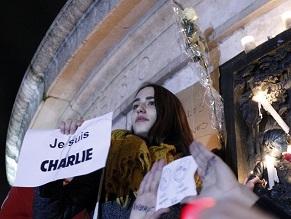 На стихийном митинге памяти жертв террористического акта на площади Республики в Париже, 7 января. Девушка держит листок с надписью «Я – Шарли»