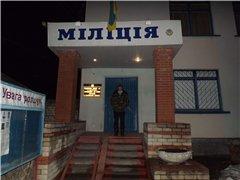 А. Тупіков на порозі дворічанського відділку після незаконного затримання