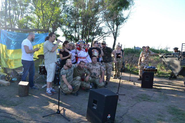 Борис і Неля співають для вояків