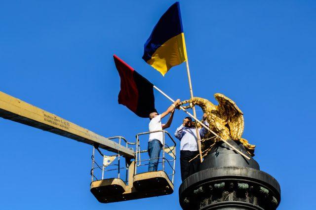 Голова полтавського осередку Правого Сектору Марк Чаус встановлює прапори