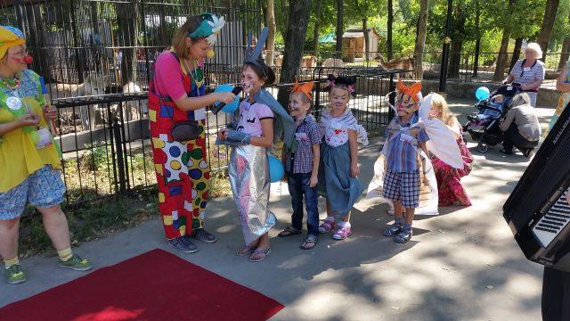 Діти в костюмах звірів готуються вийти на червону доріжку вперше в житті