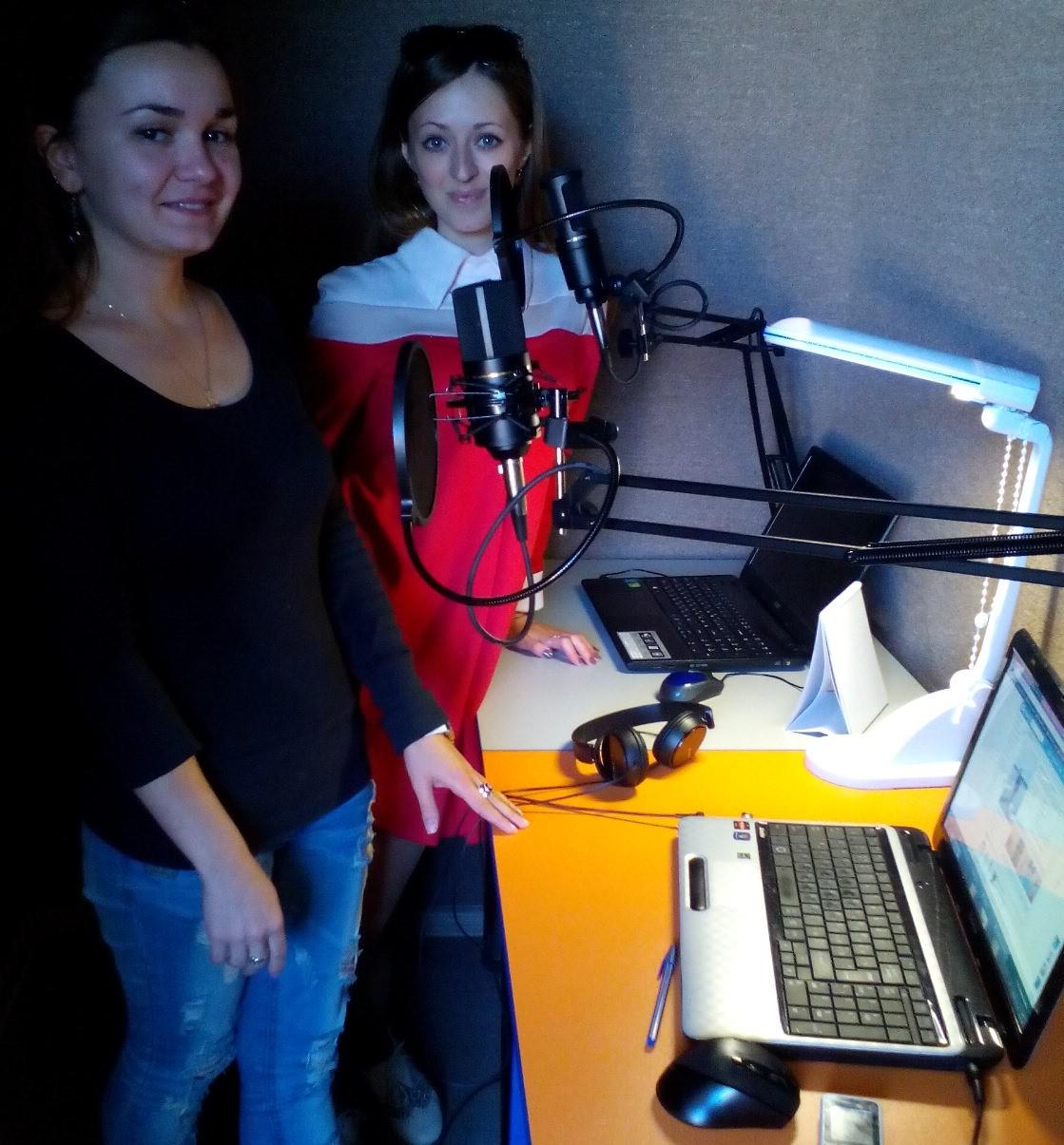 """Ідеологи та організатори інернет-радіо """"Без меж"""" Марина Зайка та Вікторія Лобко за роботою"""