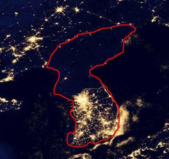 Фото нічної Кореї з космосу (виділена червоним)