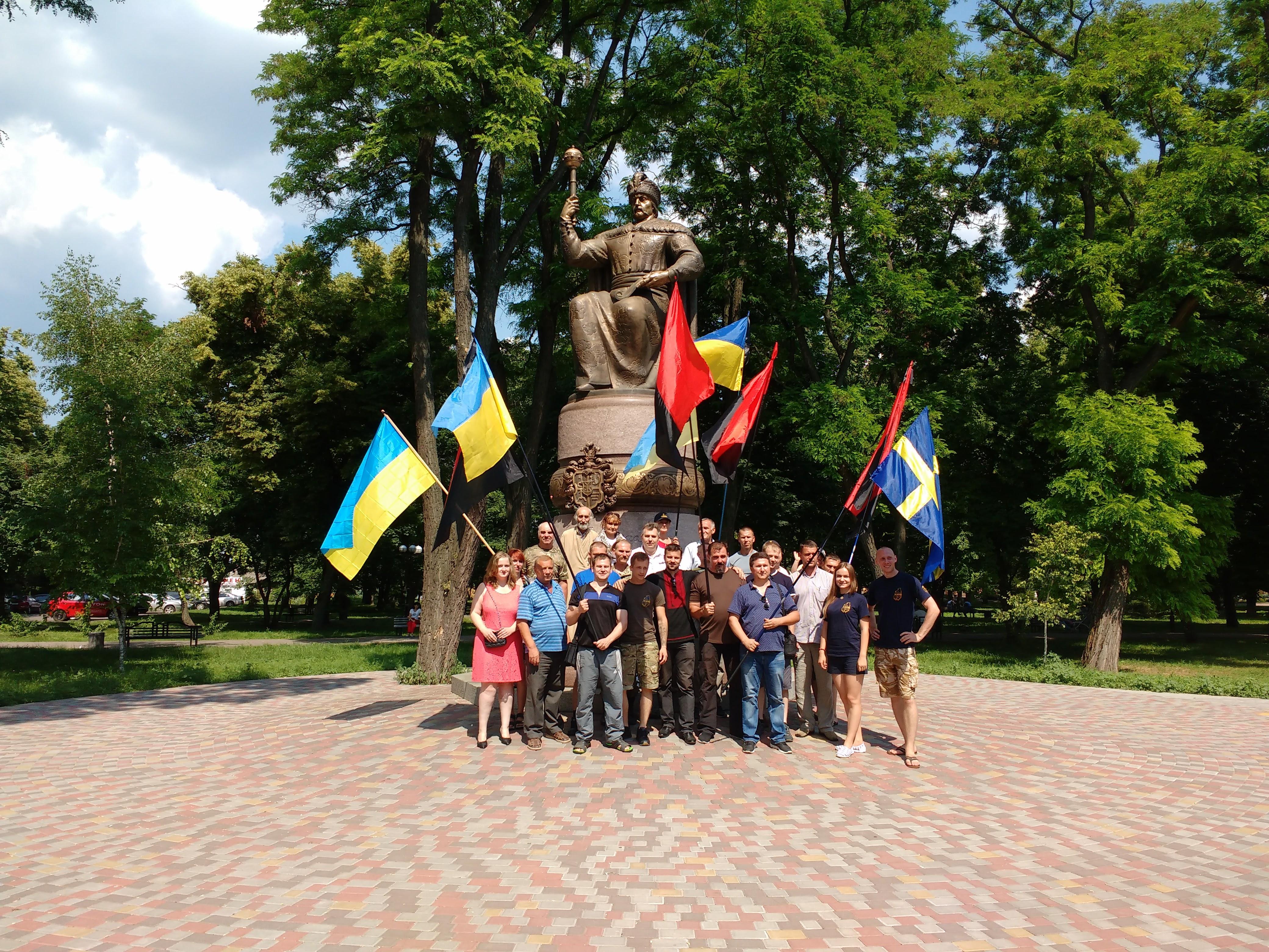 Учасники автопробігу біля пам'ятника гетьману Івану Мазепі. Фото автора.