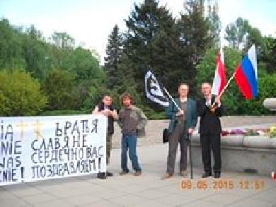 Działacze Obozu Wielkiej Polski składają honory pod pomnikiem wojsk sowieckich w Warszawie.