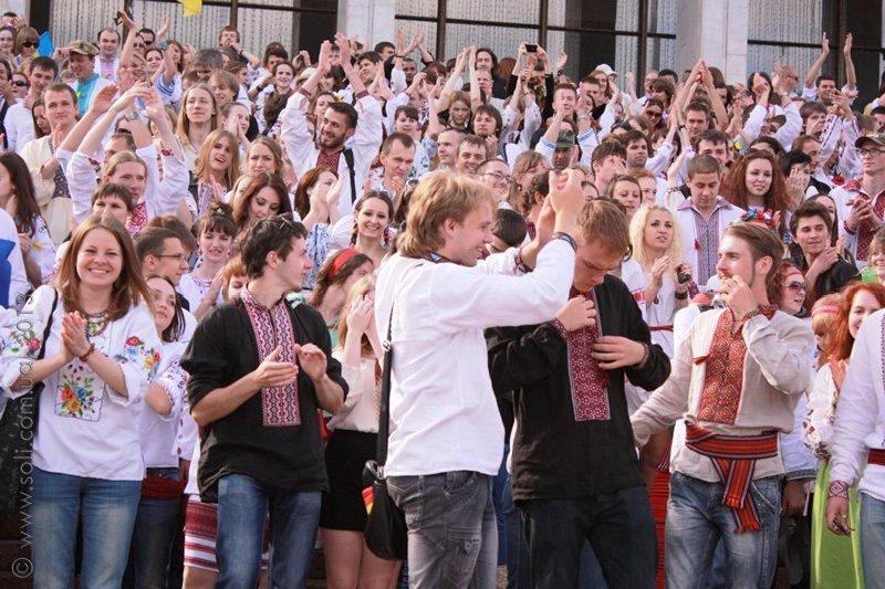 У Києві відбувся Мегамарш у вишиванках - сайт Майдан f8e0d57c85d89