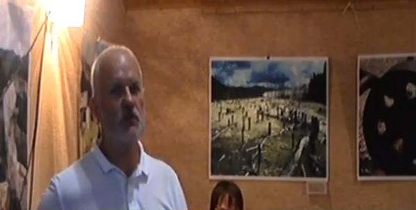 Володимир Оглоблін на тлі  його фото мордовських таборів.