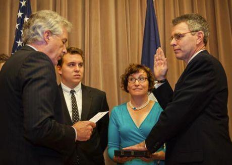 Церемонія приведення до присяги посла Пайєтта. Справа наліво: заступник держсекретаря Вільям Бьорнс, Вільям Пайєтт (син), Мері Пайєтт (дружина), посол Джеффрі Р. Пайєтт. Фото посольства