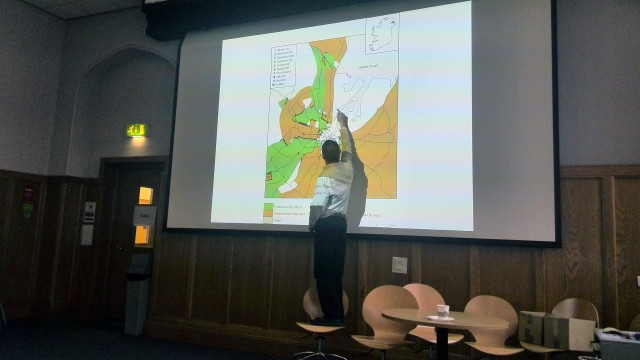 Ніл Джарман показує карту розділеного Белфасту