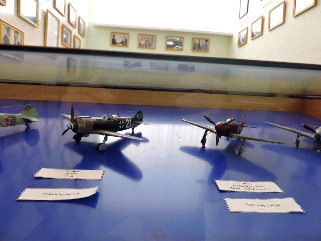 Авіамоделі на виставці, які вже пропонуються до аукціону.