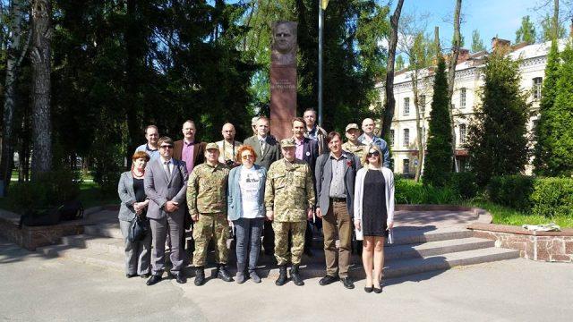Учасники конференції біля пам'ятника С.Корольову