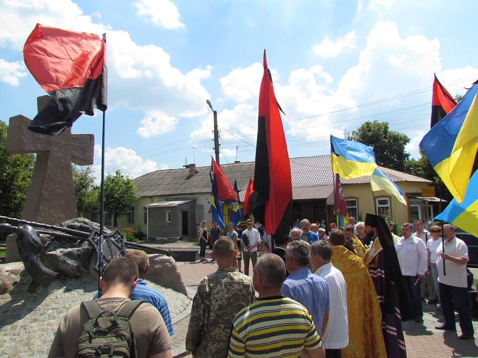 Учасники автопробігу біля пам'ятника загиблим козакам. Фото з сторінки ВО Свобода в мережі Facebook
