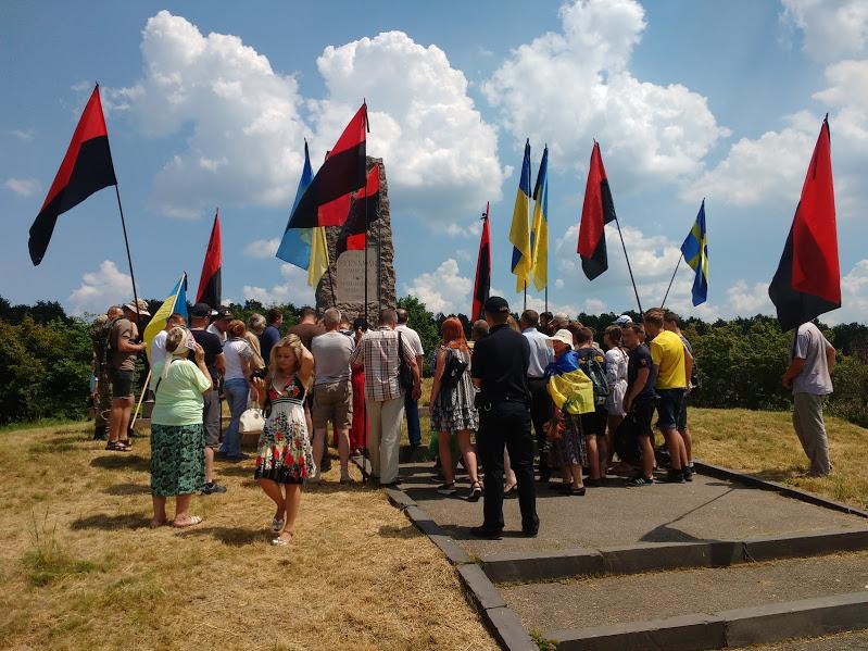 Учасники автопробігу біля пам'ятника шведам від шведів. Фото Автора