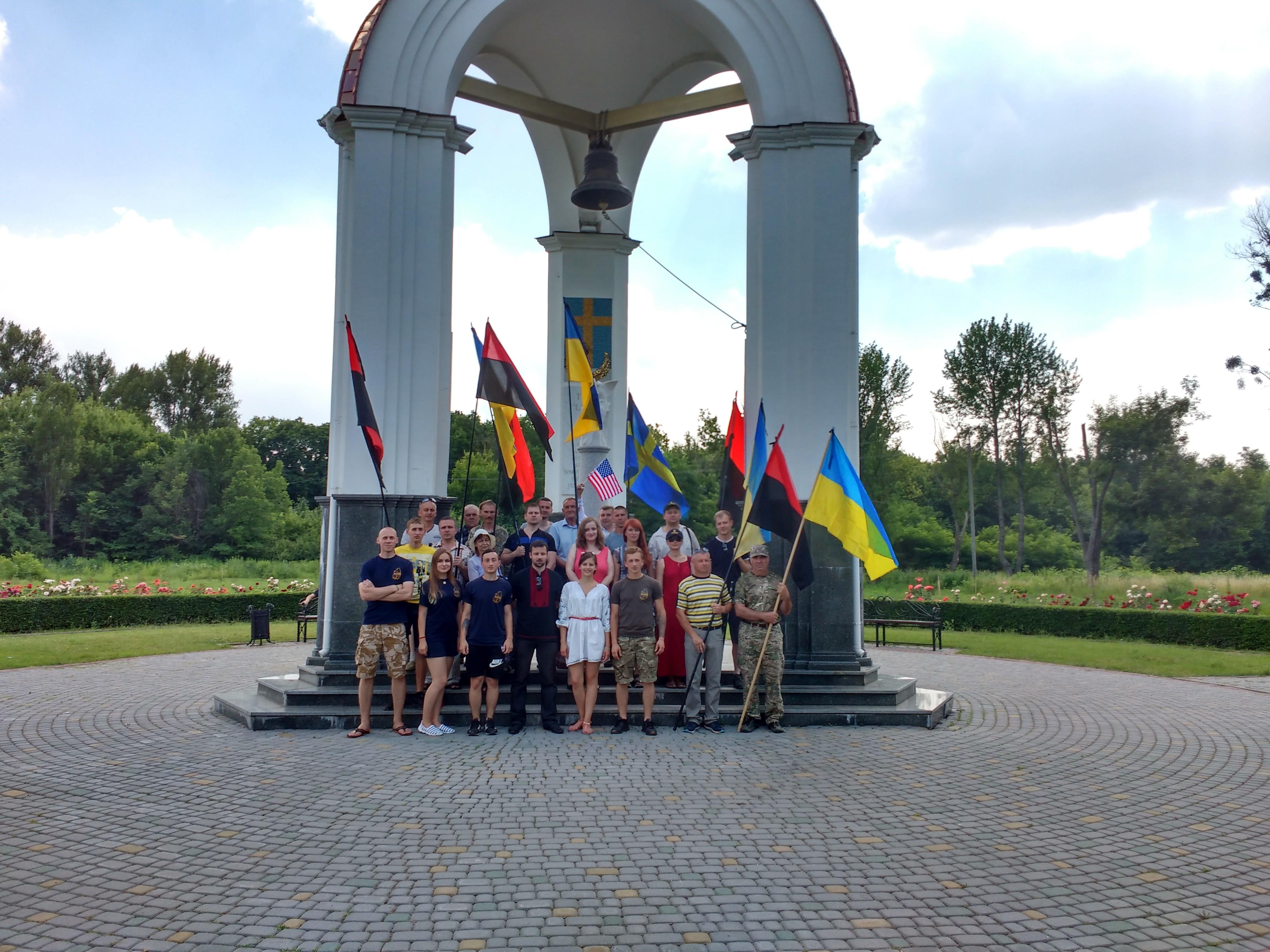 Учасники автопробігу біля Ротонди пам'яті. Фото автора.