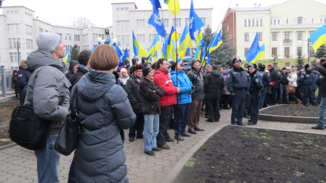 Kharkiv, January 12, 2014. Final assembly of 1st Euromaidan Forum near the Yaroslav Mudry monument. Supporters of Yanukovych are gathered for counter assembly. Photo by Nataliya Zubar