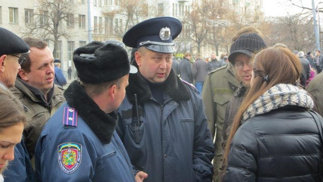 Kharkiv, November 24, 2013. First big rally of Euromaidan. Two members of coordinating council of Euromaidan are talking to the superior of patrol police. Talks continued every day. Photo by Nataliya Zubar