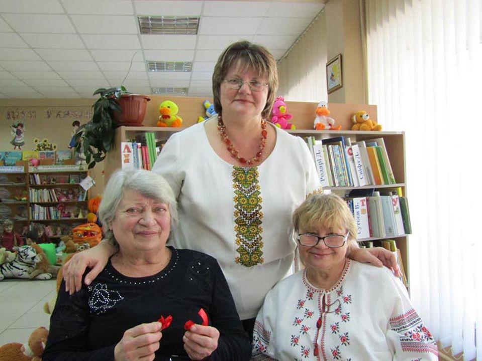 Майстрині Галина Полянська, Оксана Муравльова та Ірина Сила під час зустрічі у клубі «Файно» (зліва направо).