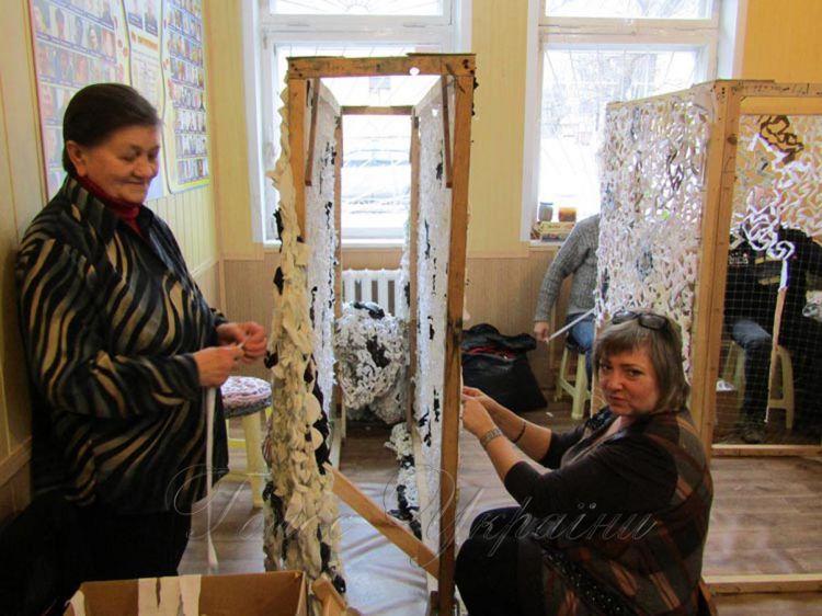 У клубі «Небайдужі серця» майстрині плетуть маскувальні сітки, виготовляють червоні маки, а також вироби для благодійних ярмарок.